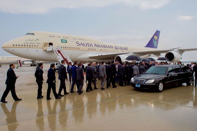 saudi_officials_line_up_to_greet_king_salman_after_he_arrived_at_andrews_air_force_base_before_meeting_with_president_obama_20501985294