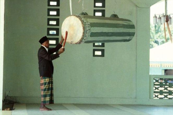 COLLECTIE_TROPENMUSEUM_Oproep_tot_het_gebed_op_vrijdag_via_de_trom_bij_de_moskee_Tulehu_TMnr_20018271